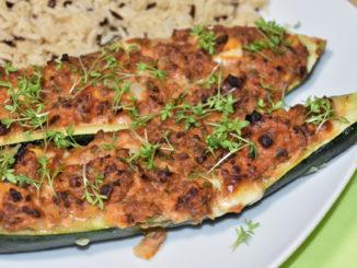 Im Sommer ist Erntezeit für Zucchini - und so lecker gefüllt finden sie bestimmt reißenden Absatz!