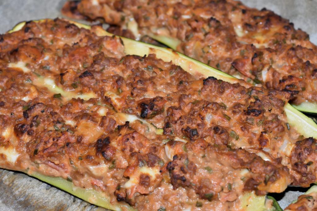 Gefüllte Zucchini mit Sojahack und Tomate... | Ist die Kruste so appetitlich gebacken, sind die Zucchini gar - lass es Dir schmecken! :-)