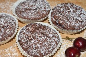 Kleine Küchlein, ganz groß - diesen schokoladigen Kirsch-Muffins kann bestimmt keine Naschkatze widerstehen!