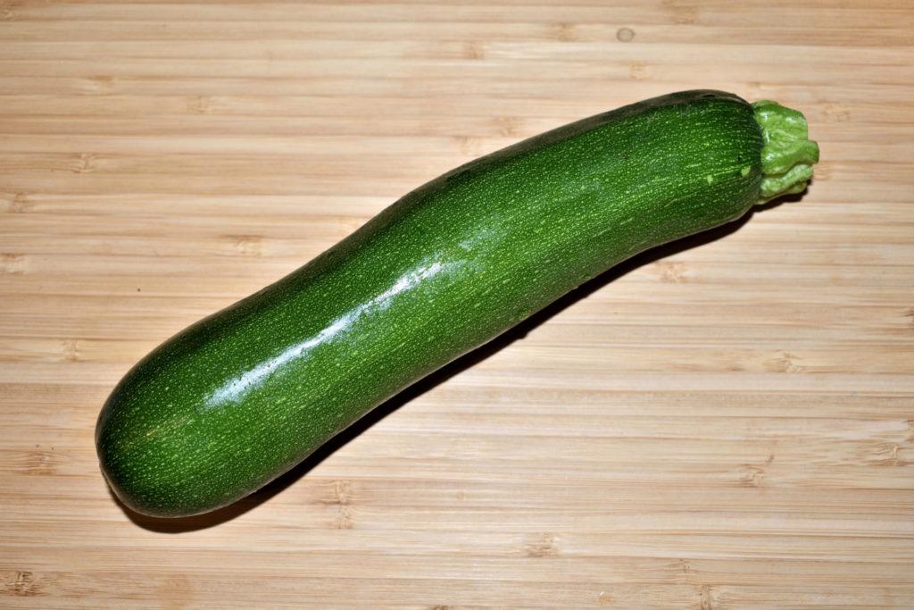 Zucchini richtig füllen - so geht's (1/6) | Als erstes brauchen wir natürlich eine Zucchino (ohne wäre das auch ein ziemlich aussichtsloses Unterfangen). Am besten schön groß und gerade gewachsen sollte sie sein.