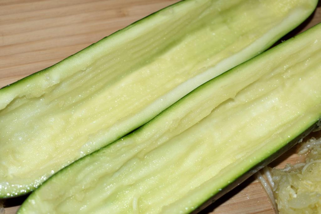 Zucchini richtig füllen - so geht's (4/6) | Ein knapper halber Zentimeter Rand sollte mindestens erhalten bleiben. Das dient der Stabilität - und des Geschmacks.