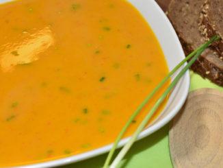Die schmeckt nicht nur allen kleinen und großen Geistern zu Halloween - meine pikant gewürzte Kürbissuppe.