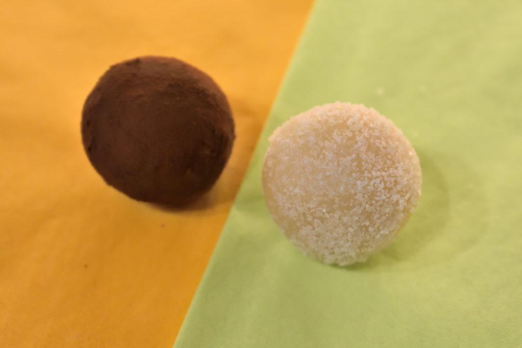 Es geht auch anders: Mal was Neues probieren! | Wer hat behauptet, dass Marzipankartoffeln immer Kakao brauchen? Wälze die Kugeln doch zur Abwechslung in Vanillezucker. Oder in bunten Streuseln (für kleine und große Kinder :-) .