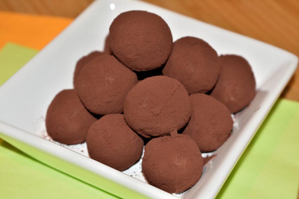 Die klassischen Marzipankartoffeln mit Kakaopulver | Sehen meine Marzipankartoffeln nicht super aus? Verpackt in kleinen Tütchen sind sie ein tolles, schnell gemachtes Mitbringsel für liebe Freunde.