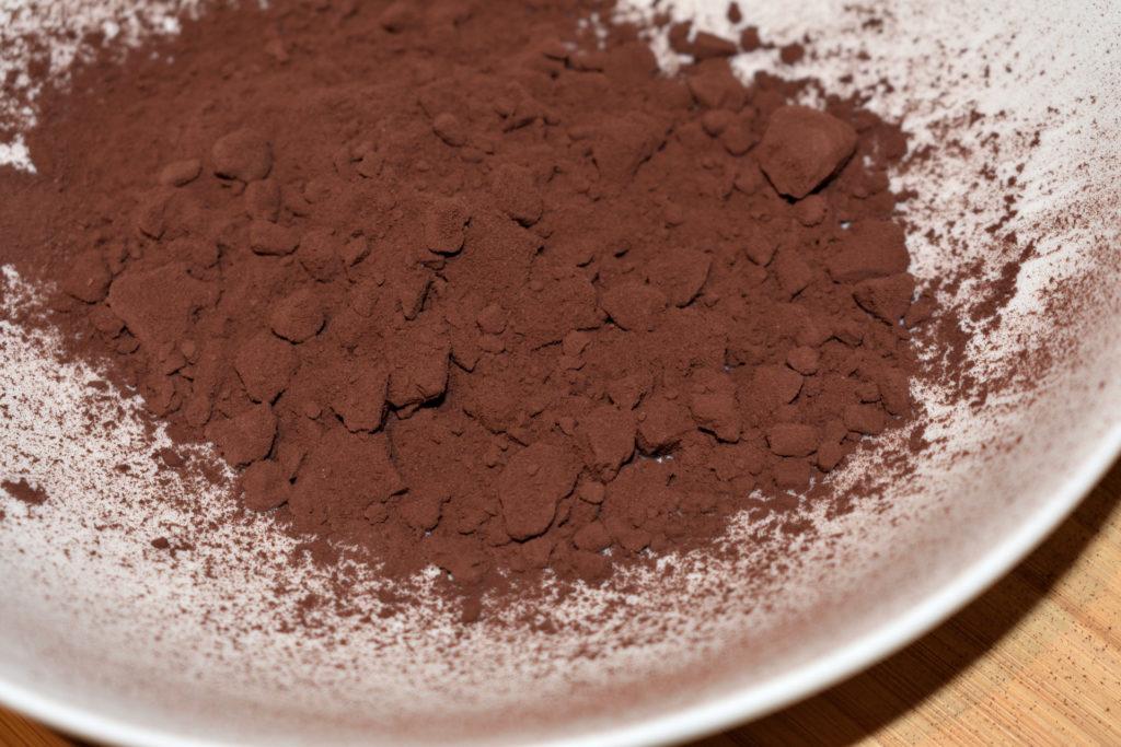 Schritt 2: Die Kartoffel-Schale vorbereiten... | Drei bis vier gehäufte Esslöffel genügen völlig, da das Kakaopulver sehr ergiebig ist. Am besten füllst Du es in einen tiefen Teller, dann bleibt die Arbeitsfläche sauber.