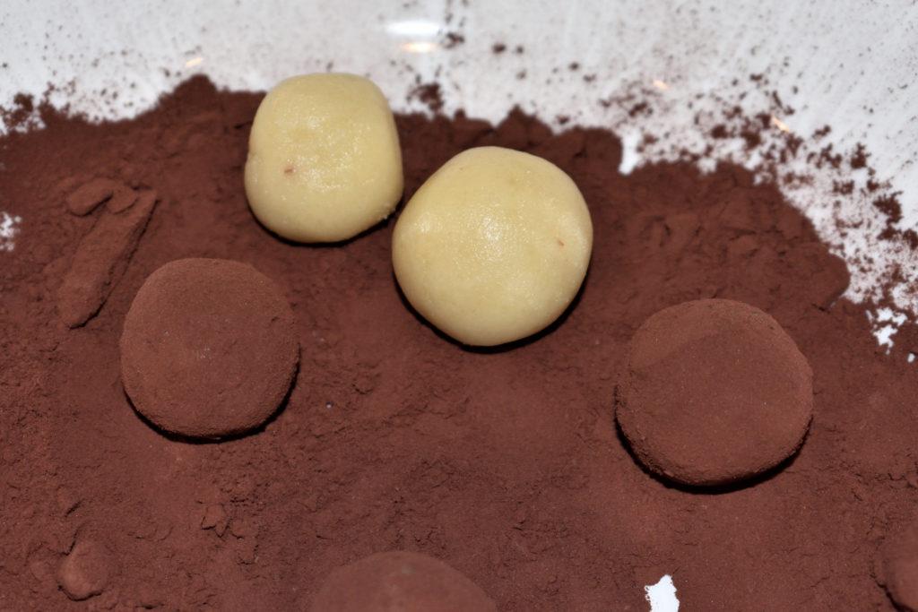 Schritt 4: Das Finish... | Jetzt kommt zusammen, was zusammen gehört: Rolle mit den Fingern die Marzipankugeln vorsichtig im Kakaopulver. Achte darauf, dass die Oberfläche gleichmäßig bedeckt ist.