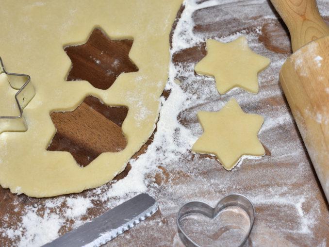 Zwei Sternchen, die bestimmt einmal galaktisch gut schmecken werden. Doch vor dem Genuss wartet die Arbeit auf alle fleißigen Plätzchenbäcker...
