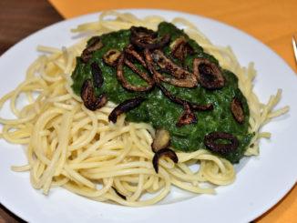 Pasta mit frischem Rahmspinat und gebratenen Zwiebelringen - so einfach kann lecker sein!