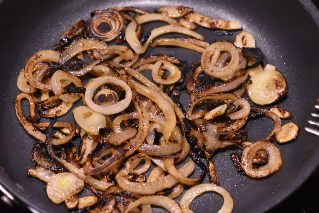 Gebratene Zwiebelringe | Die Zwiebelringe bei maximal mittlerer Hitze braten, damit sie gleichmäßig bräunen. Und nicht vergessen: Wir wollen keine Kohle fabrizieren! ;-)