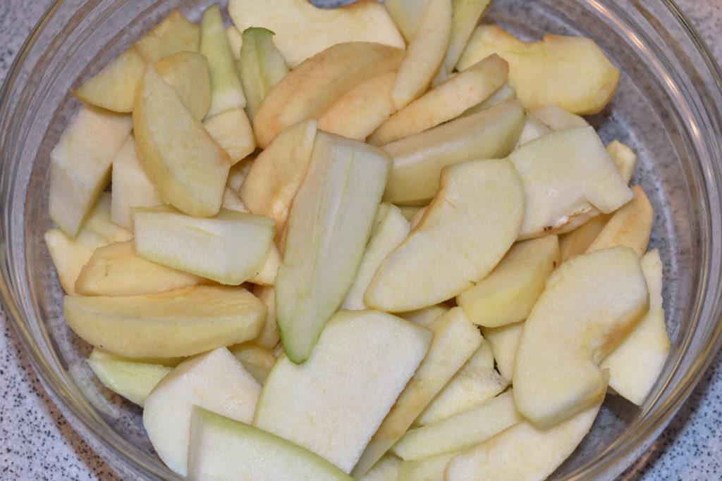 Das Schnippeln dauert... aber es lohnt sich! | Bis zur weiteren Verarbeitung legst Du die Obstschnitze am besten in eine Schüssel. Etwas Zitronensaft drüber verhindert ein zu schnelles braun werden und gibt ein tolles Aroma.