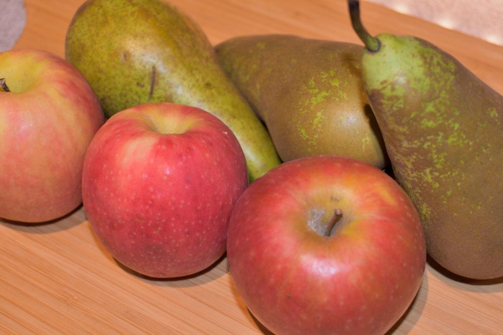 Apfel-Birnen-Kuchen: Seine Namensgeber | Für dieses Rezept brauchst Du ein gutes Kilo Obst. Ich empfehle Dir eine Mischung aus fein säuerlichen Äpfeln und festen, süßen Birnen.