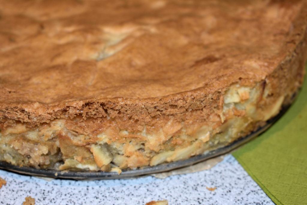 Perfekt aus der Form gelöst! | Lass den Kuchen ein paar Minuten abkühlen und schneide vorsichtig mit einem Messer am Rand der Springform entlang.