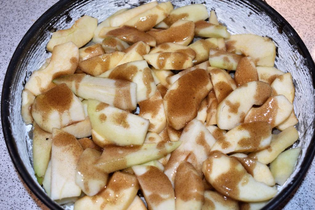 Schritt 2: Obst und leckere Zimtsoße verteilen... | Natürlich kannst Du Äpfel und Birnen auch fein säuberlich in Reih und Glied anordnen - mir war aber einfach mal wild zumute... :-)