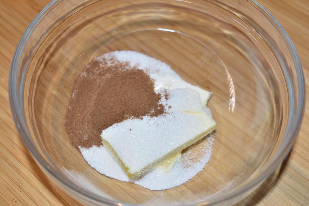 Zutaten für die Zimtsoße | Zucker, Butter und Zimt - das sind die Zutaten für unsere leckere Zimtmasse, die über das Obst gegossen wird. In der Mikrowelle schmelzen lassen, umrühren, fertig.
