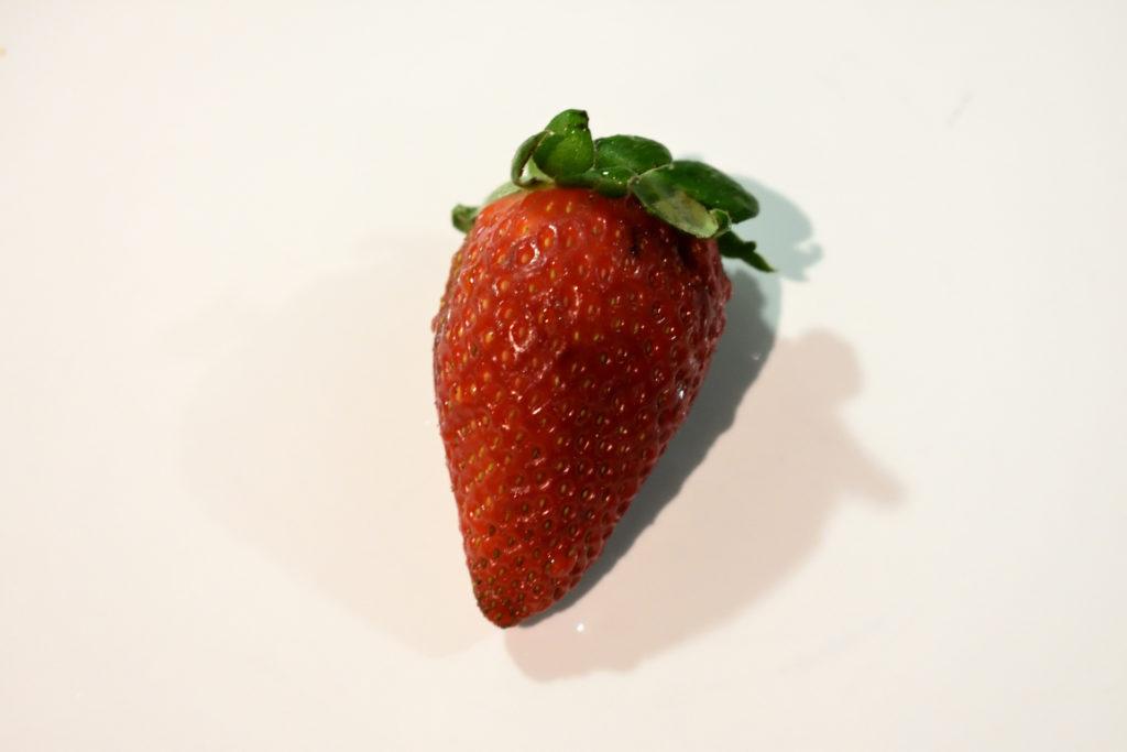 Die Erdbeeren vorbereiten (1/2) | Achte beim Kauf von Erdbeeren darauf, dass diese schön tiefrot sind. Orangefarbene oder gar teilweise grüne Früchte schmecken sauer.