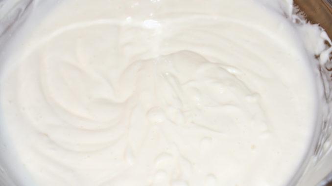 Eine vielseitige Grundlage | Die Basis für mein Dessert besteht aus Joghurt, Magerquark, etwas Vanillezucker und einem Hauch Orangenlikör. Einfach... und einfach lecker!