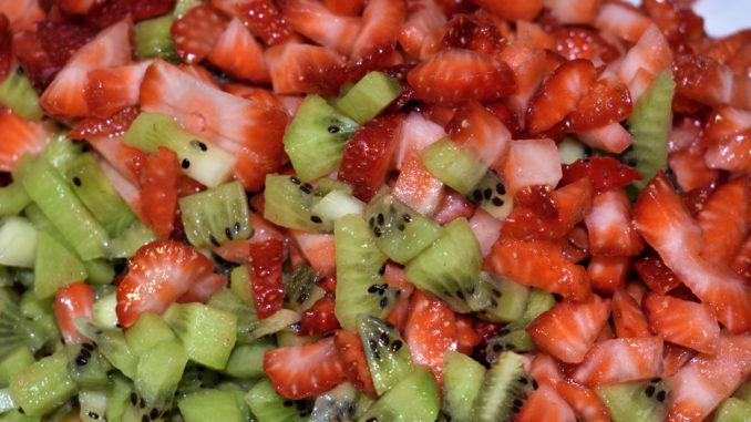 Schnippelarbeit, die sich lohnt... | Erst die Arbeit, dann der Genuss - Erdbeeren und Kiwis gleichmäßig in kleine Stücke schneiden.