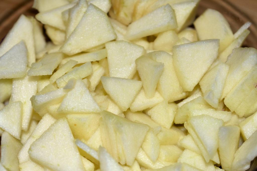 Für die süße Note - Apfelstücke | Ich habe die Sorte Golden Delicious verwendet, da sie eine angenehme Süße hat und die Apfelstücke schön fest sind. Auch toll: Jonagold mit seiner leicht süß-säuerlichen Note.