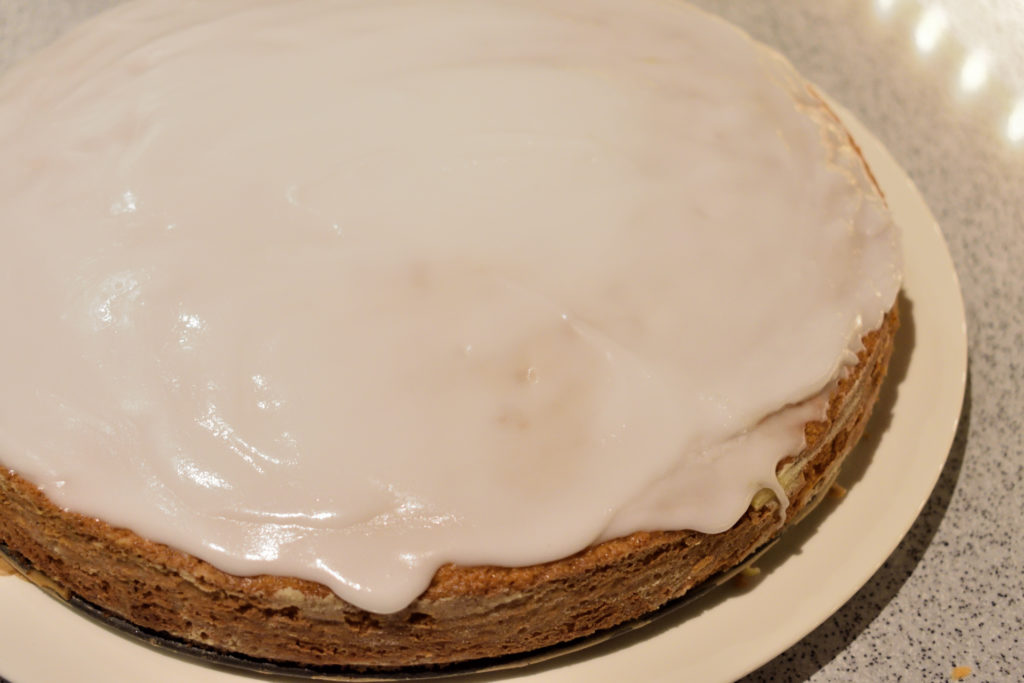 Geschafft - Karottenkuchen ist fertig! | Da fällt das Warten schwer, aber die Glasur muss erst fest werden. Du kannst ja zur Einstimmung in der Zwischenzeit an einer Möhre knabbern... :-)
