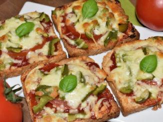 Knusprig geröstetes Toastbrot belegt mit italienischen Strauchtomaten, Paprika und viel Käse - das schmeckt so lecker wie es aussieht. Eine echte Alternative zu Pizza!