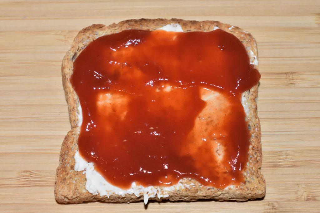 """Pizzatoast wie in """"bella italia"""" - so wird's gemacht   Schritt 4: Als """"Tomatensauce"""" habe ich ein leicht scharfes Chili-Ketchup verwendet."""