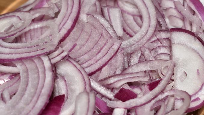 Zum Weinen gut - rote Zwiebelringe | Viele rote Zwiebeln sind zwar scharf, aber nicht so stechend wie ihre weißen Verwandten. Für ein volles Aroma, schneide die Zwiebelringe möglichst dünn.