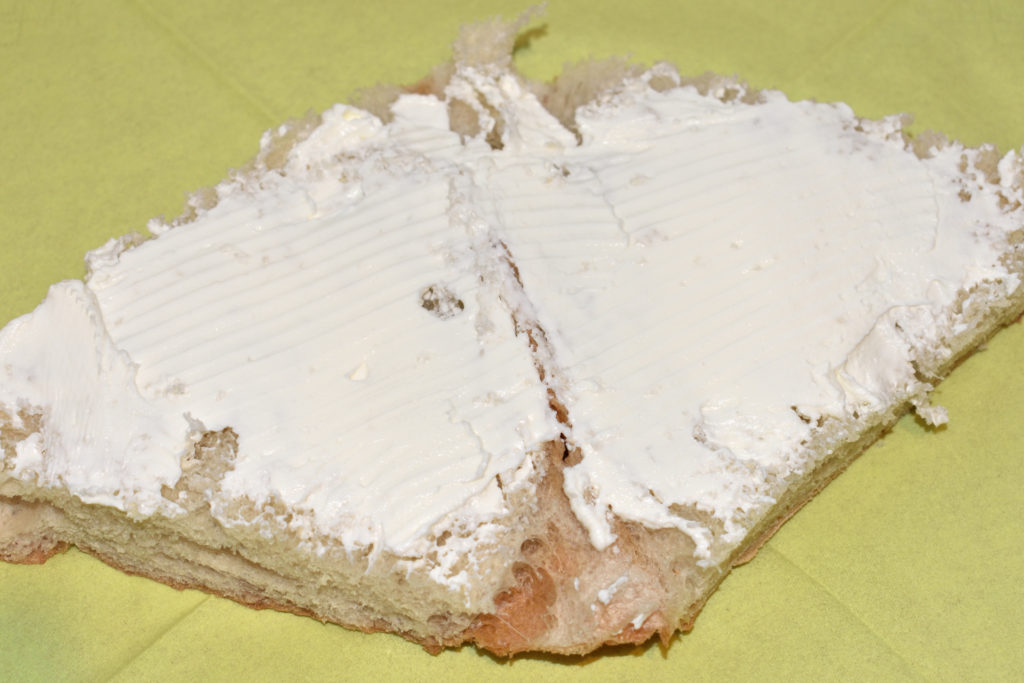 Gefülltes Fladenbrot - so wird's gemacht   Die aufgeklappten Hälften gut mit Quark (oder einer veganen Alternative) bestreichen; das schmeckt nicht nur, sondern verhindert auch ein Durchweichen.