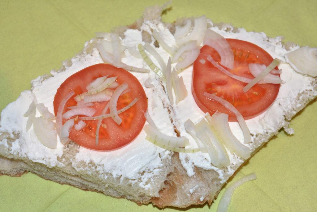 Gefülltes Fladenbrot - so wird's gemacht   Für Biss und Schärfe sorgen dünn(!) geschnittene Zwiebelstückchen.