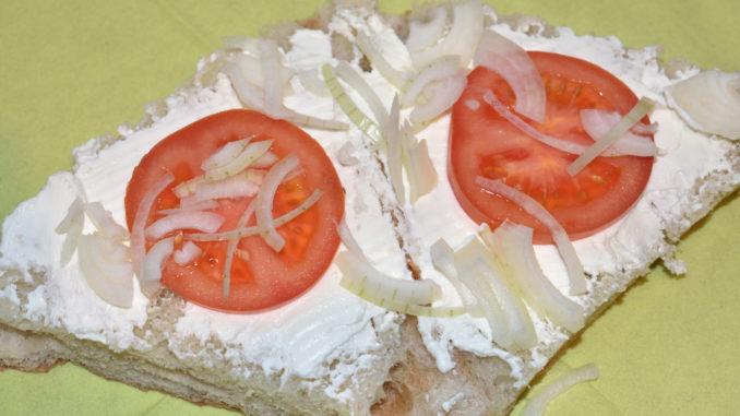 Gefülltes Fladenbrot - so wird's gemacht | Für Biss und Schärfe sorgen dünn(!) geschnittene Zwiebelstückchen.