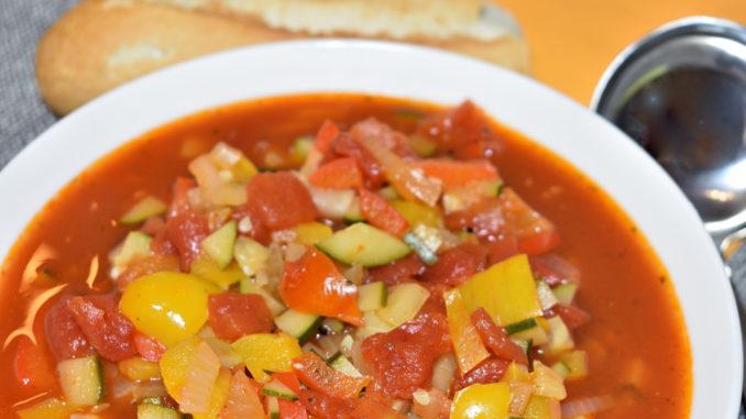 Wenn Du Suppen magst, wirst Du diese Gemüsesuppe nach Art von Ratatouille lieben! Fruchtig-pikant, aber nicht zu scharf. Die passt auch prima zu jeder sommerlichen Grillparty!