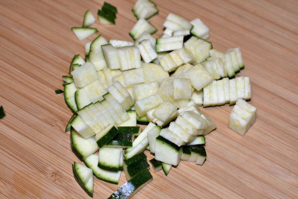 Zucchinis einfach würfeln - Schritt 3/3 | Zum Schluss folgt eine 90-Grad-Drehung und nach ein paar weiteren Schnitten hast Du perfekte Würfel. :-) Jetzt nimmst Du Dir den nächsten Turm vor... und so weiter.