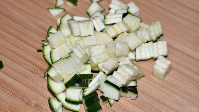 Zucchinis einfach würfeln - Schritt 3/3   Zum Schluss folgt eine 90-Grad-Drehung und nach ein paar weiteren Schnitten hast Du perfekte Würfel. :-) Jetzt nimmst Du Dir den nächsten Turm vor... und so weiter.
