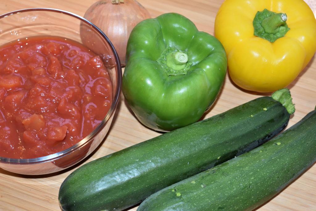 Das Gemüse für meine Pizza Ratatouille | Auf die Pizza kommt (fast) alles, was auch sonst in ein echtes Ratatouille gehört - gehackte Tomaten, Zwiebel, Gemüsepaprika und Zucchini (von links nach rechts).