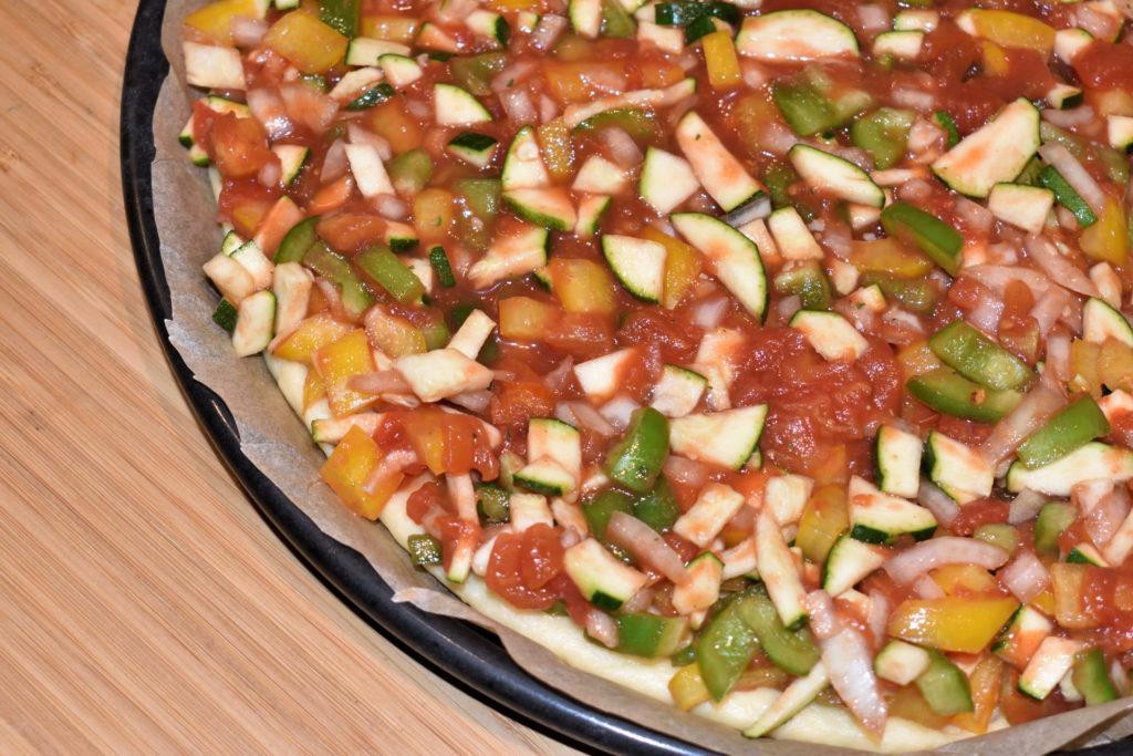 Rein in den Ofen... | Der große Moment kann kommen! Die Pizza ist fertig belegt für den Backofen. Wichtig: Vorheizen nicht vergessen.