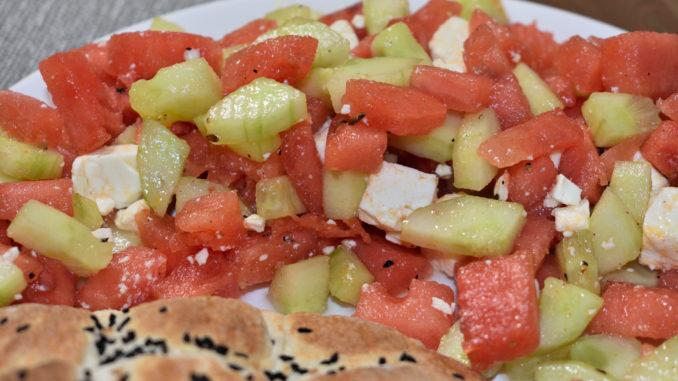 Ein Sommersalat zum Verlieben - erfrischende Wassermelone trifft auf salzigen Fetakäse. Perfekt für jede Grillparty und als kleiner Snack unterwegs.