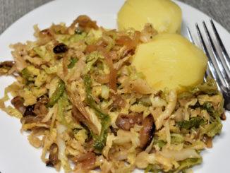 Meine Wirsingpfanne mit Kartoffeln und herzhaftem Kohl ist nicht nur ganz unkompliziert und schnell zubereitet, sondern besiegt auch den größten Hunger!