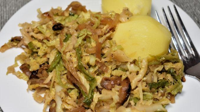 Wirsing-Zwiebel-Pfanne mit Kartoffeln