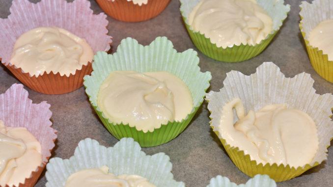 Muffinförmchen füllen (will gelernt sein) 1/2 | Gaaanz wichtig: Die Förmchen nur bis zur Hälfte mit dem Rührteig füllen! Wirklich... nur bis zur Hälfte (sonst laufen sie Dir beim Backen über).