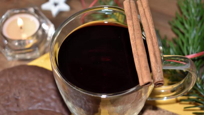 Mit einem Glas heißen Glühwein und ein paar Lebkuchen gemütlich auf dem Sofa vor einem offenen Kamin entspannen - so schön kann die kalte Jahreszeit sein!