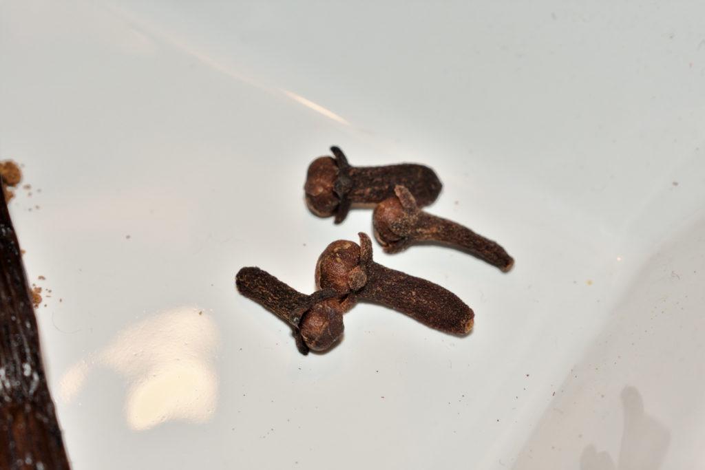 Nelken - kleine Geschmacksbomben   Vier Nelken sind mehr als ausreichend, ansonsten tritt ihr Aroma ziemlich in den Vordergrund und das mag nicht unbedingt jeder gerne.