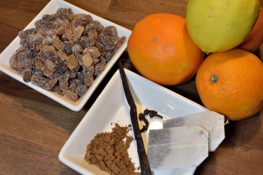 Das Wichtigste auf einen Blick   Kandiszucker, Orangen, eine Zitrone und diverse Gewürze. Neben Alkohol die wichtigsten Zutaten für einen fruchtig-aromatischen Glühwein.