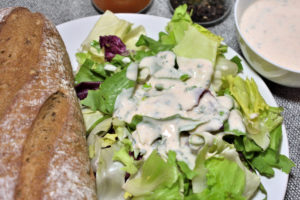 Damit peppst Du jeden Salat auf: Mein frisches Joghurt-Dressing mit einem Spritzer Zitronensaft macht aus fadem Grünzeug eine echt leckere Beilage!