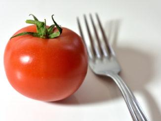 Na, was isst Du denn so? Warum dieses rote Früchtchen zwar vegetarisch und vegan, aber trotzdem keinesfalls frutarisch ist, kannst Du im Folgenden nachlesen. Guten Appetit!