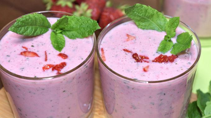 Ein köstlicher Buttermilch-Shake für heiße Sommertage, der zu jeder Jahreszeit die Sonne scheinen lässt - fruchtige Erdbeeren und frische Pfefferminz. Mmmh...