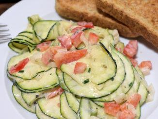 Klassische Hausmannskost oder hippes Trend-Food? Ganz klar: Zucchinis können beides! Das mediterrane Gemüse mal ganz anders als knackiger Salat mit frischem Joghurtdressing. Probier's aus!
