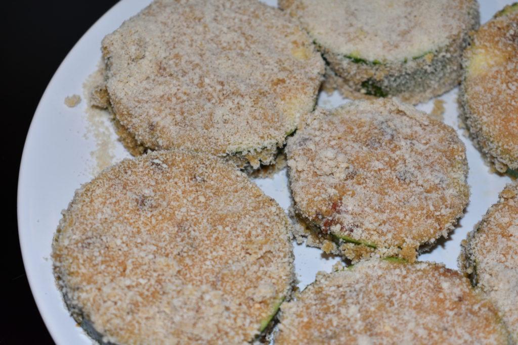 Panierte Zucchini (bratfertig)   Die panierten Zucchini können es kaum erwarten, in der heißen Pfanne schön goldbraun gebraten zu werden. Für eine knusprige Hülle habe ich sie übrigens zweimal paniert.