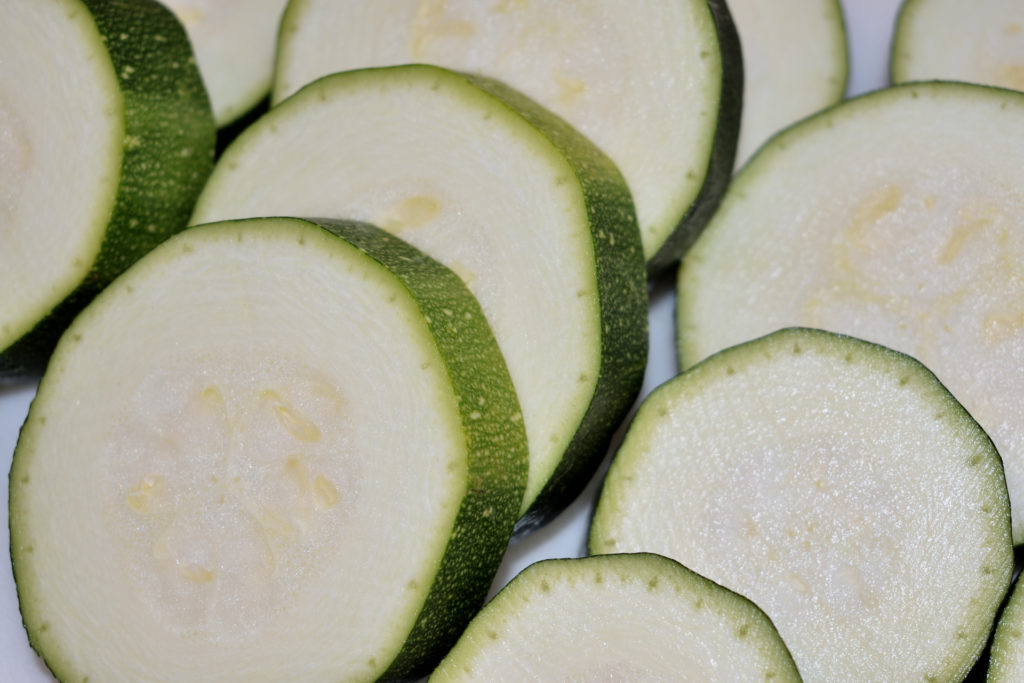 Die Grundlage: Zucchini, Zucchini und Zucchini   Achte darauf, alle Zucchini in gleich dicke Stücke zu schneiden. Ich empfehle Dir ca. einen Zentimeter, damit sie beim Braten gut durchgaren und weich werden.