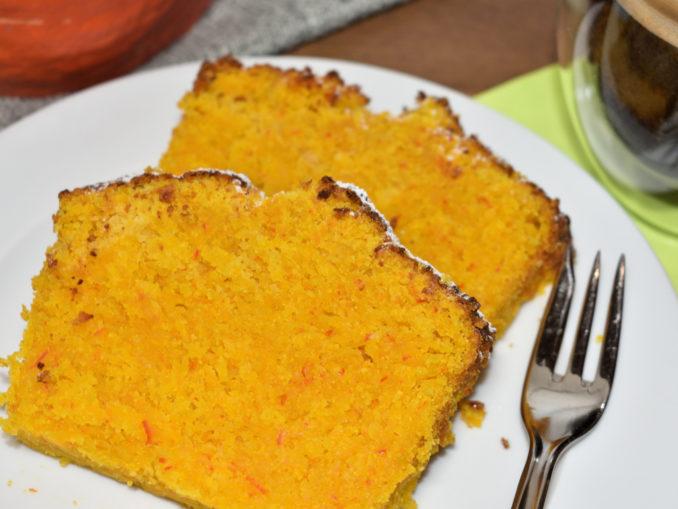 Aus Kürbis kann man mehr machen als nur Suppe kochen und lustige Gesichter zu Halloween schnitzen - nämlich auch einen leckeren Kuchen backen! Der schmeckt dann nicht nur im Herbst, sondern zu jeder Jahreszeit.