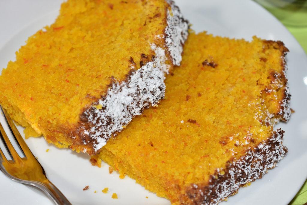 Staubzucker oder Schokoglasur? | Was auf den Kuchen obendrauf kommt, entscheidet allein der Bäcker: Streue Puderzucker erst kurz vor dem Servieren darauf, sonst schmilzt er. Als Schokoglasur empfehle ich Dir Vollmilchschokolade.