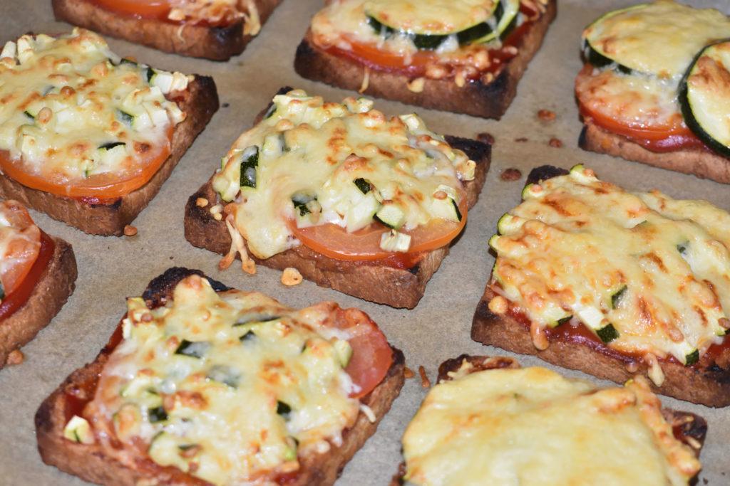 Serviervorschlag | So sieht der Pizzatoast gebacken aus. Krosses Toastbrot und dank Tomate und Käsehaube ein unglaublich saftiger Belag. Aber Vorsicht: Ifft feeehr heiff!!!